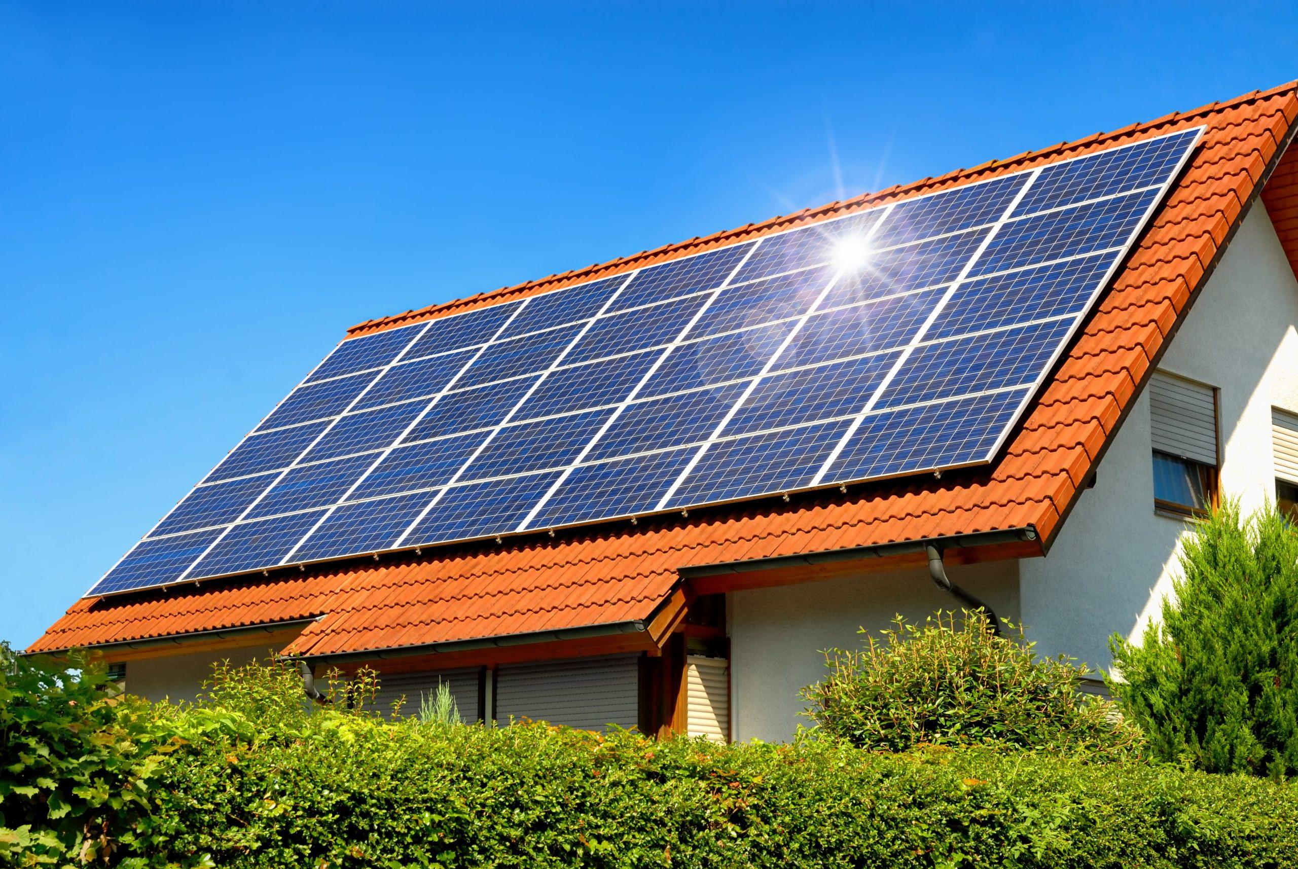 Mitarbeiter von Reci Haustechnik montieren Solarplatten