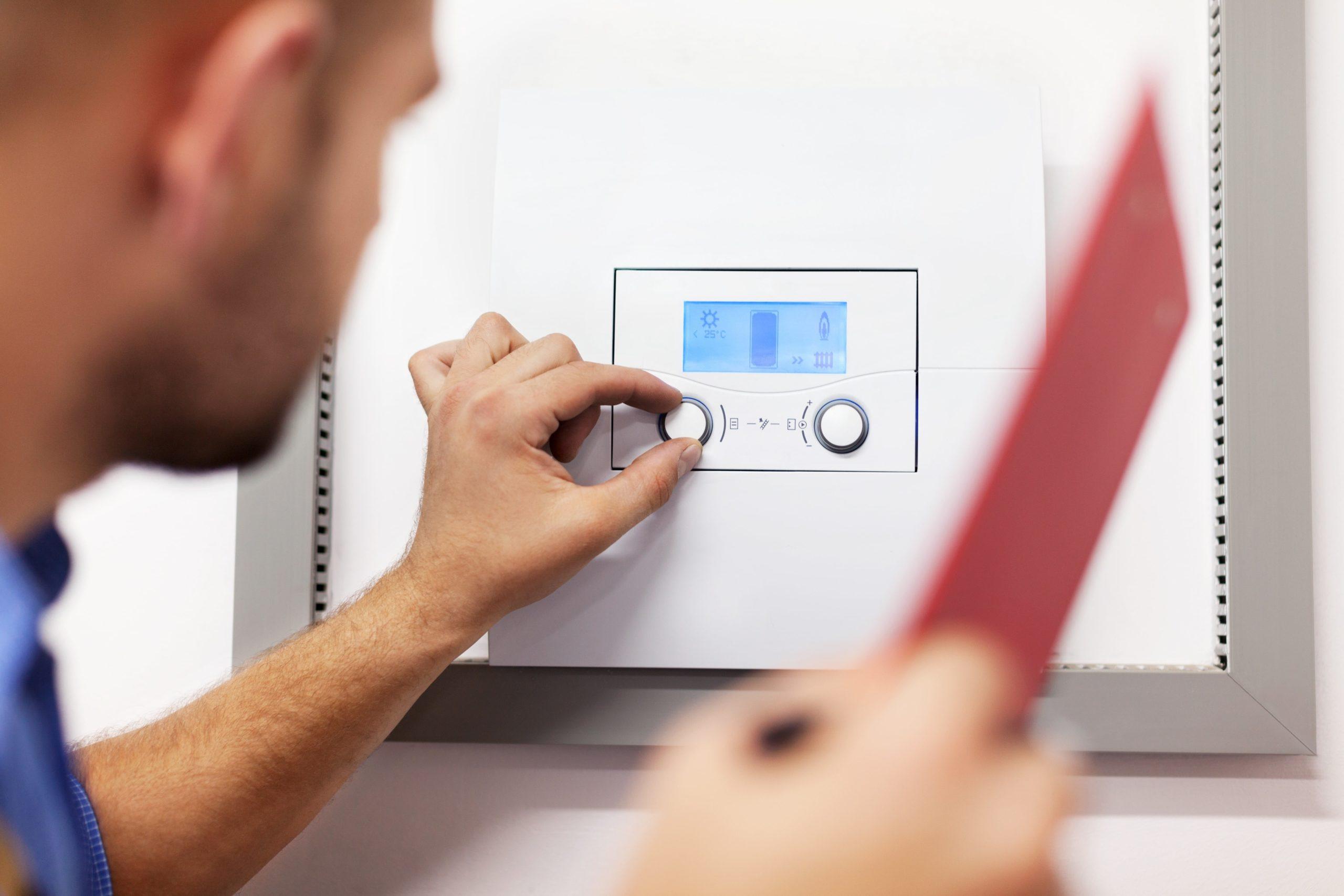 Ein Mitarbeiter von Reci Haustechnik testet die Heizung