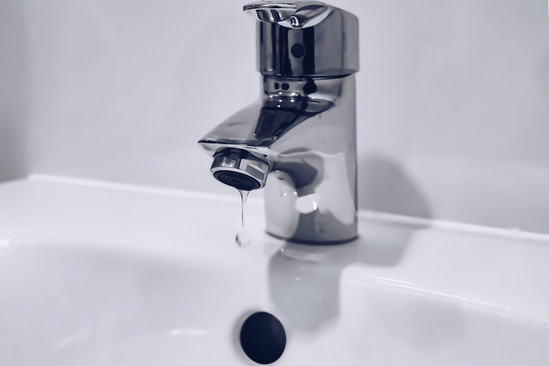 Der Sanitär bei Reci Haustechnik testet, ob die Wasserversorgung funktioniert